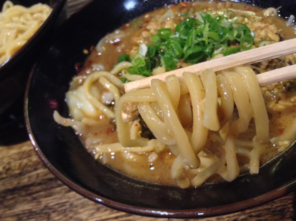 酸味のきいたチャーシューまみれの濃厚タレに、瑞々しく武骨な麺を絡めて